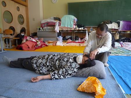 気仙沼避難所にてタオ指圧を施療する